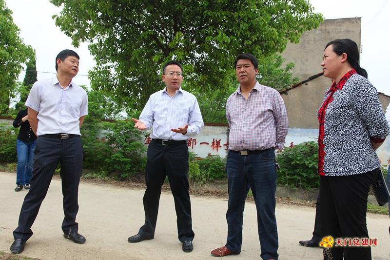 曹部长到杨林街道办事处调研指导精准扶贫工作